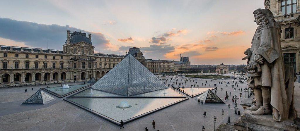 "alt=""Louvre"""