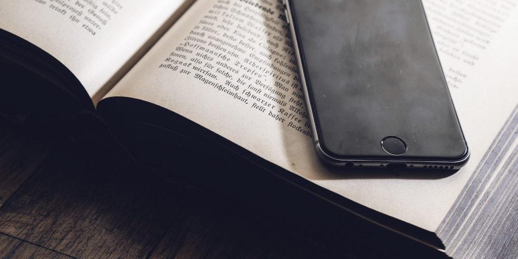 """alt=""""Smartphone-Appoggiato-sul-Libro"""""""